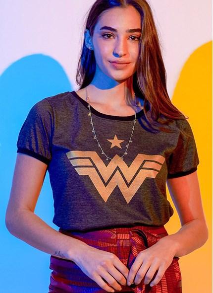 Camiseta Ringer Mulher Maravilha 1984 Logo